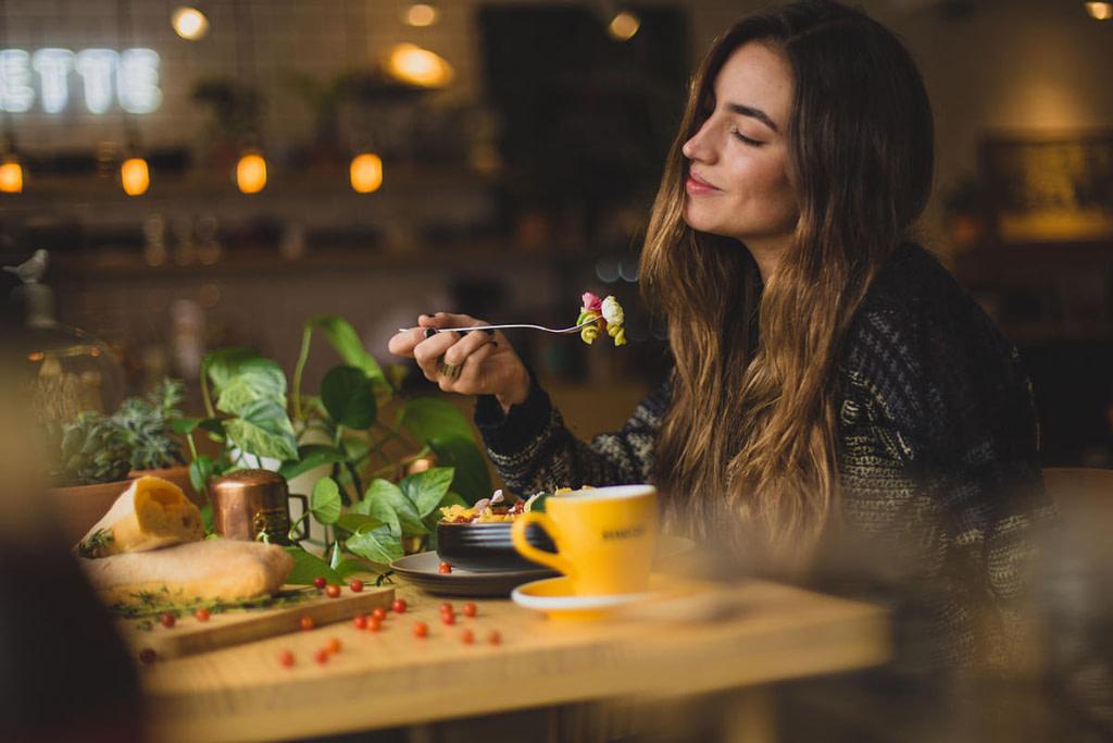 dieta intuicyjna kobieta jedząca zdrowy lunch