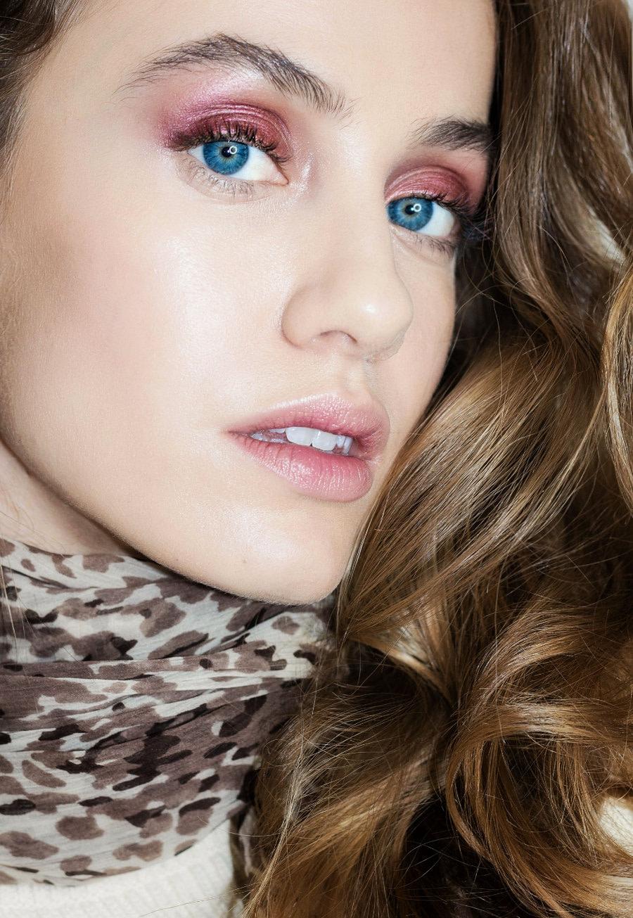 Makijaż na jesień 2019. Trendy w makijażu. Makijaż organiczny wykonany kosmetykami ILIA Beauty i RMS Beauty przez makijażystkę Joannę Stawowy. Organiczne kosmetyki dostępne w butiku Beauty Rebel.