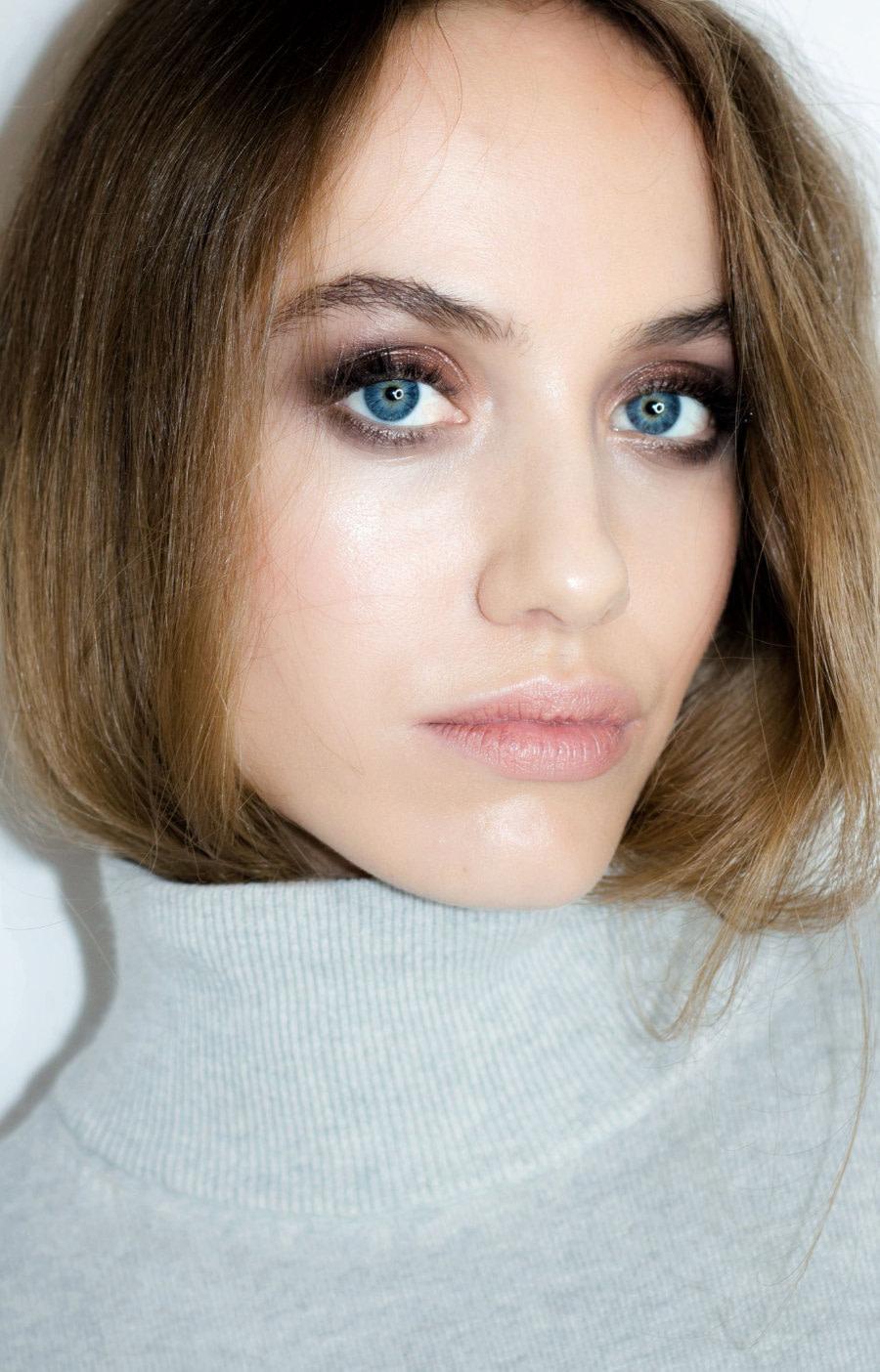 Organiczny makijaż na jesień 2019. Trendy w makijażu. Smokey eyes na modelce Clarze Murawskiej, wykonany kosmetykami ILIA Beauty i RMS Beauty. Dostępne w butiku Beauty Rebel.